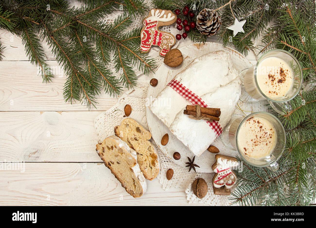Traditionelle Weihnachten Dresdner Stollen Kuchen Mit Kandierten Früchten,  Mandeln, Gläser Eierlikör Auf Weißem Holz  Hintergrund.