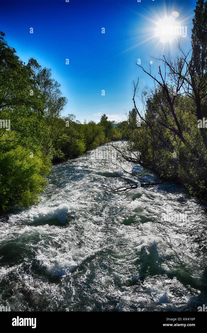 Fluss Krka, Blick von einer Brücke in der Nähe von Knin Stockbild