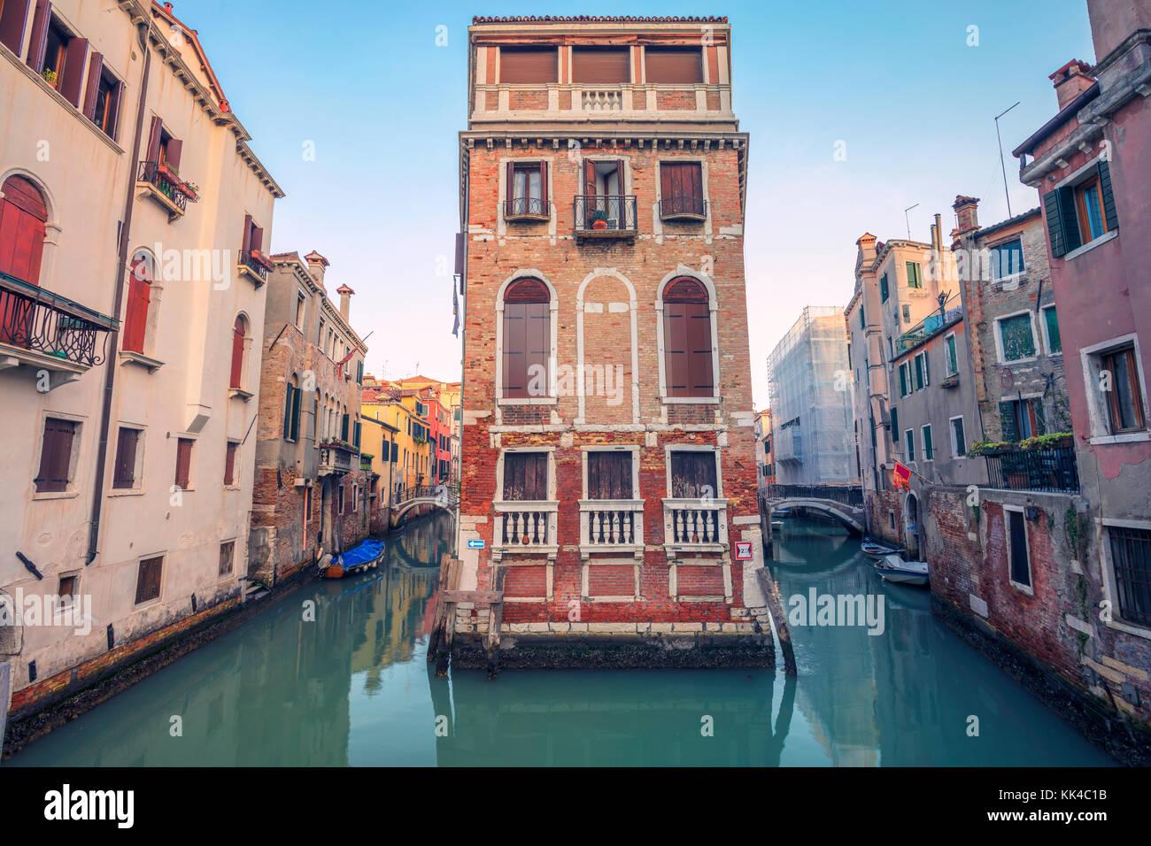 Venedig. stadtbild Bild der engen Kanäle in Venedig während des Sonnenuntergangs. Stockfoto