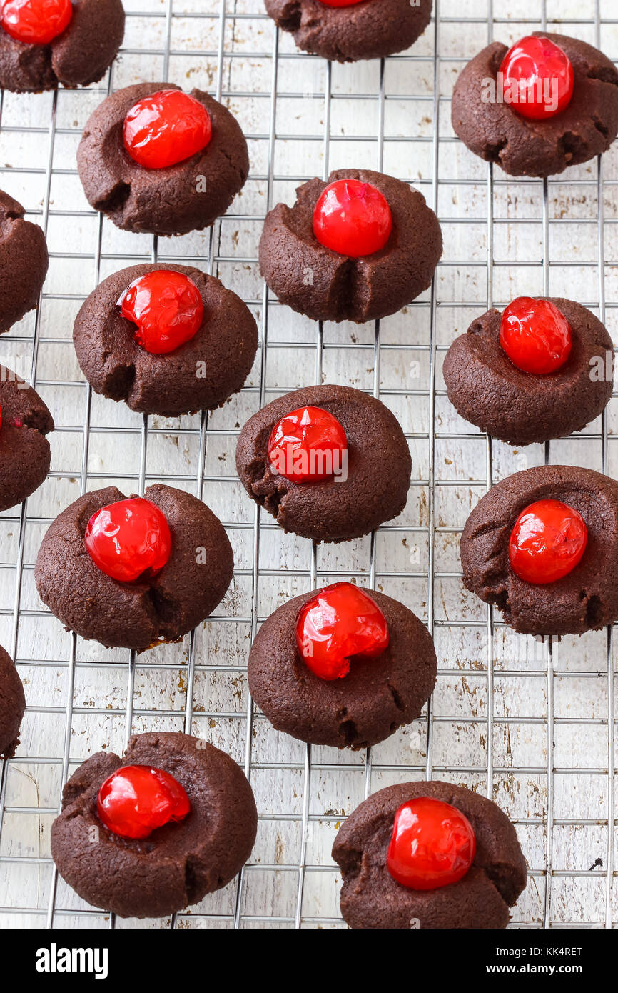 Schokolade Fingerabdruck cookies mit Cocktail-kirschen Stockbild