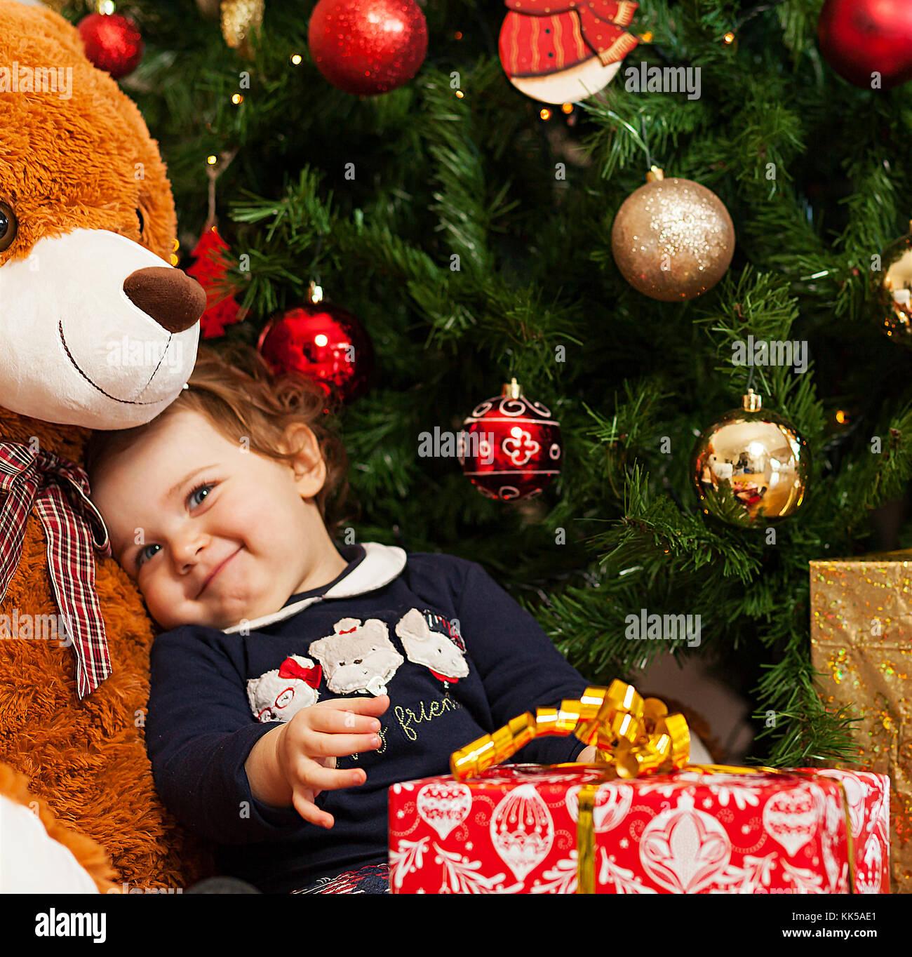 sch ne kleinkind baby m dchen mit geschenken in der n he. Black Bedroom Furniture Sets. Home Design Ideas