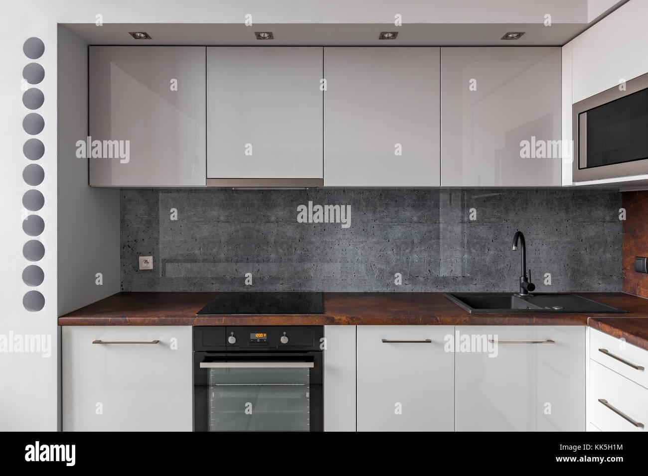 Moderne Küche Mit Granit Backsplash Und Funktionsschränke Stockbild