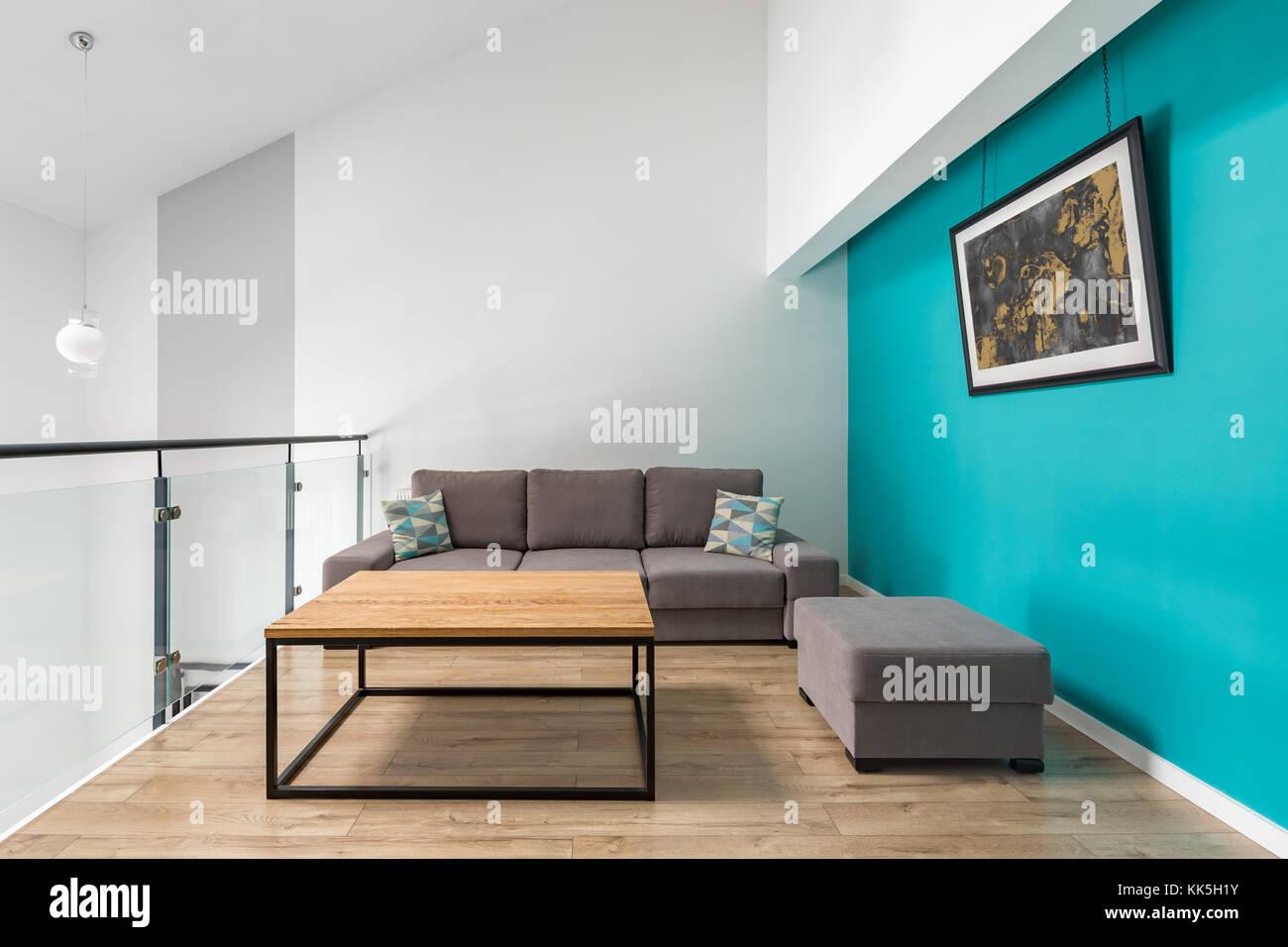 Zimmer Mit Sofa Hocker Tisch Und Turkis Wand Stockfoto Bild