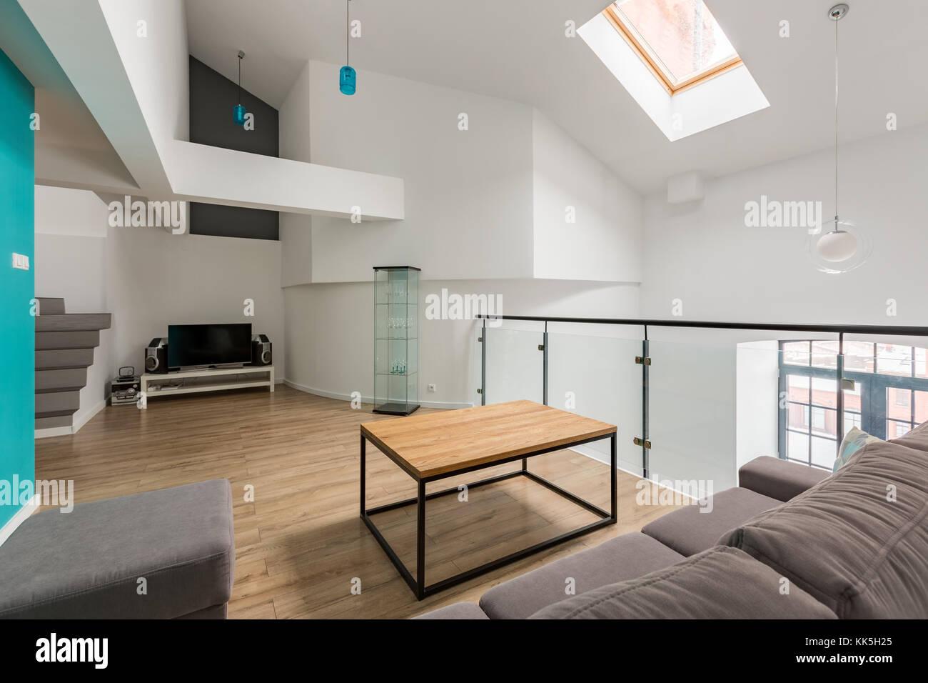 Neues design Wohnzimmer mit Sofa, Hocker, Tisch und TV Stockfoto ...