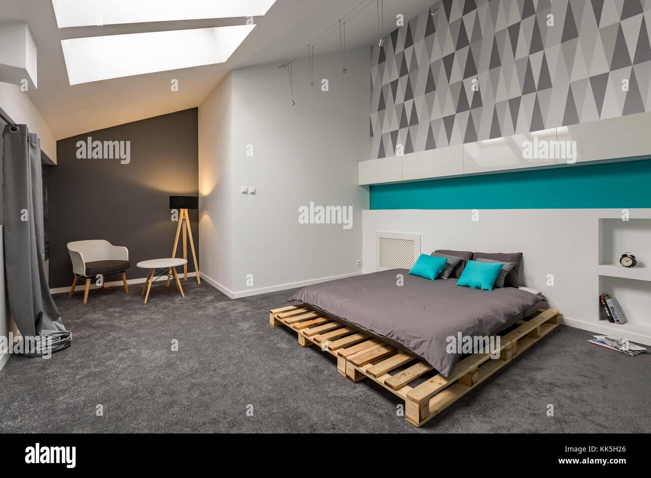 Grau und Weiß Schlafzimmer mit Bett und gemusterte Tapeten ...