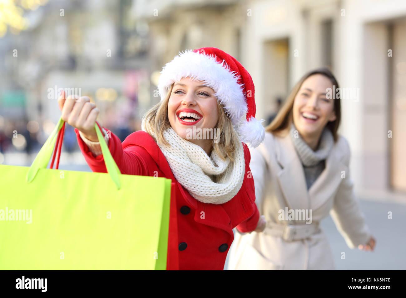 Shopper Shopping und Taschen in Weihnachten draußen auf der Straße ...