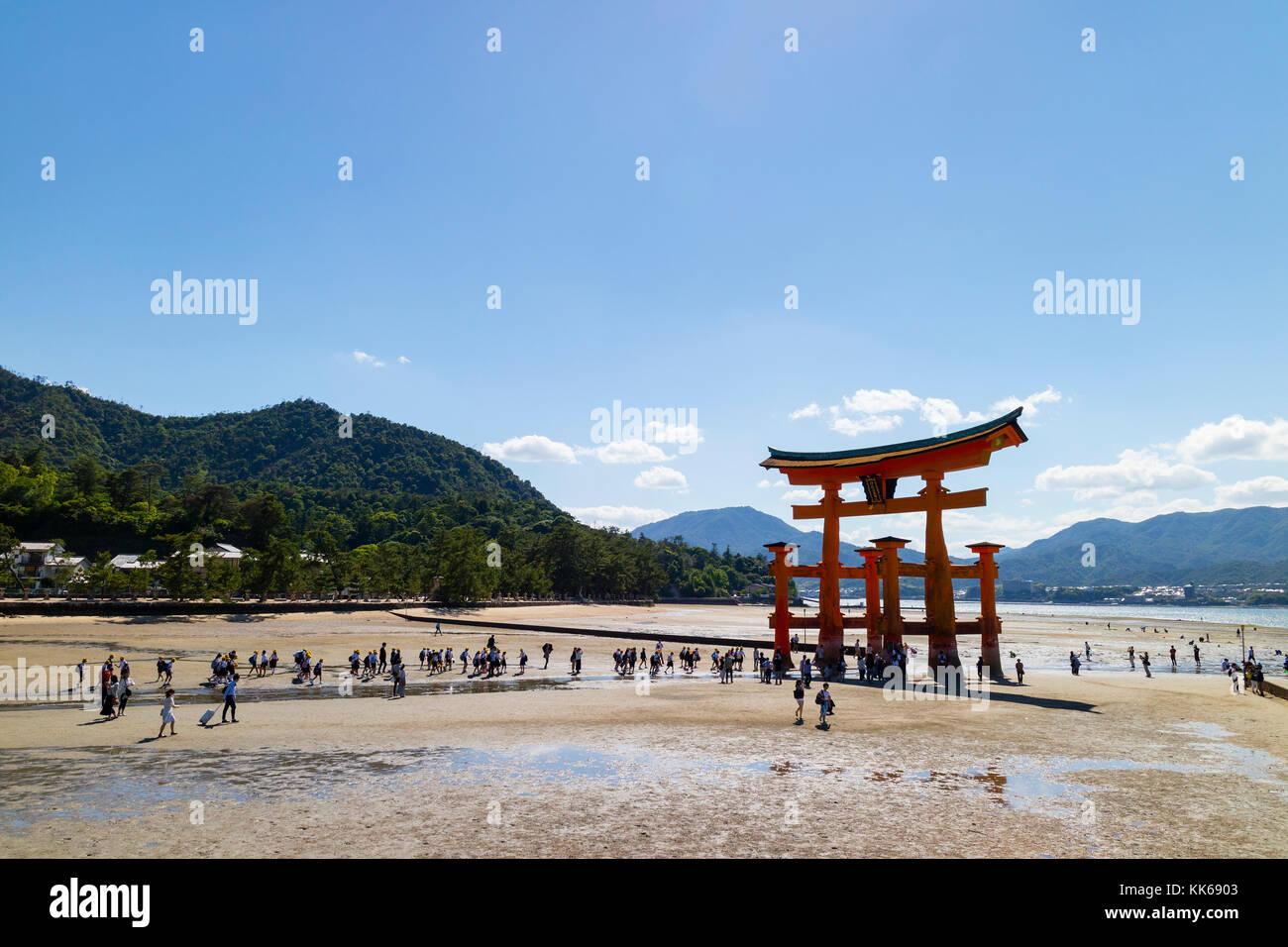 Miyajima - Japan, 26. Mai 2017: rote Torii Tor der Itsukushima-schrein auf das Meer bei Ebbe in der Nähe von Stockbild