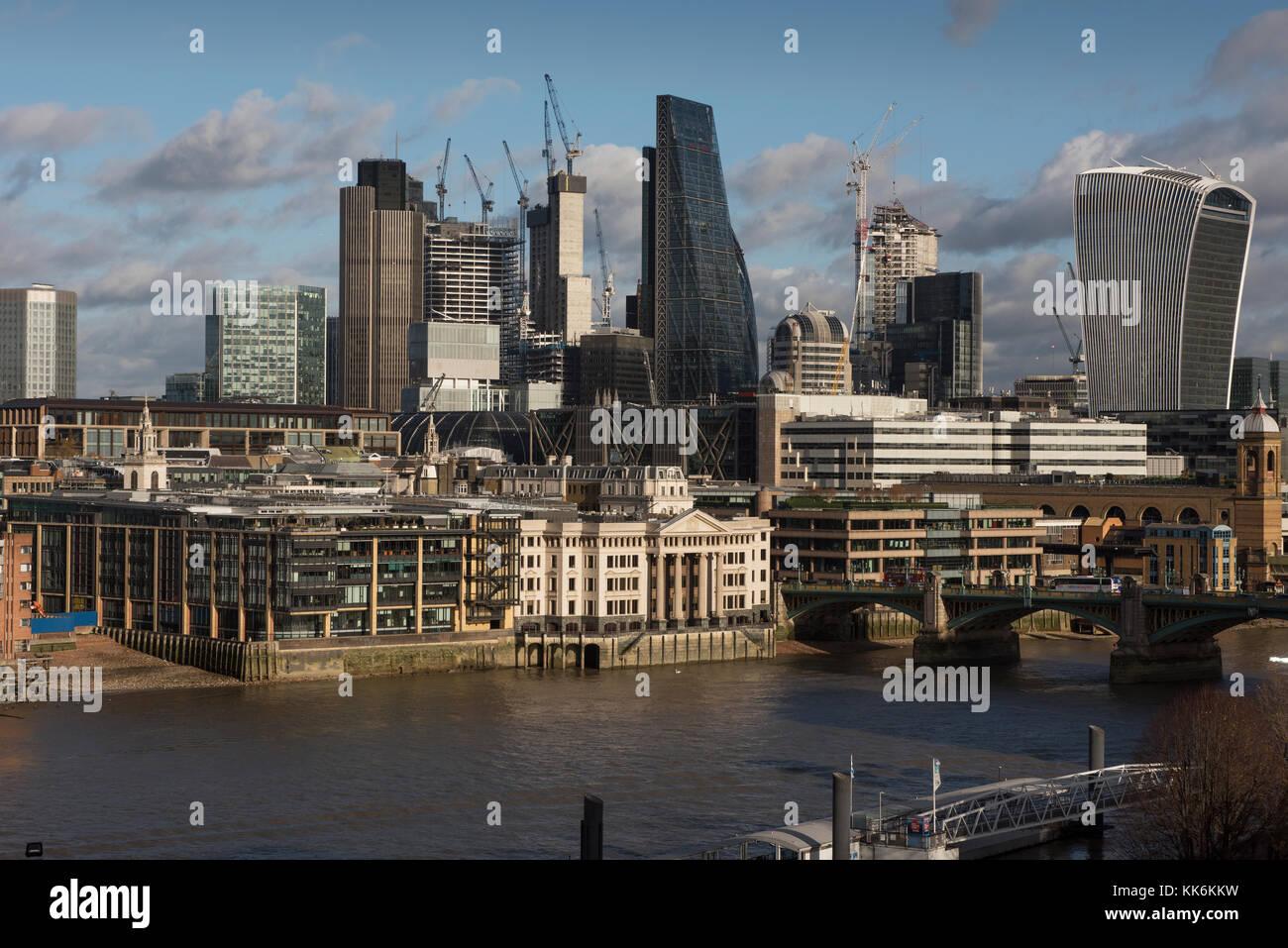 London Panorama zeigen, St Paul's Cathedral und die City von London. 26. November 2017 L-R: Der Reiher, City Stockbild