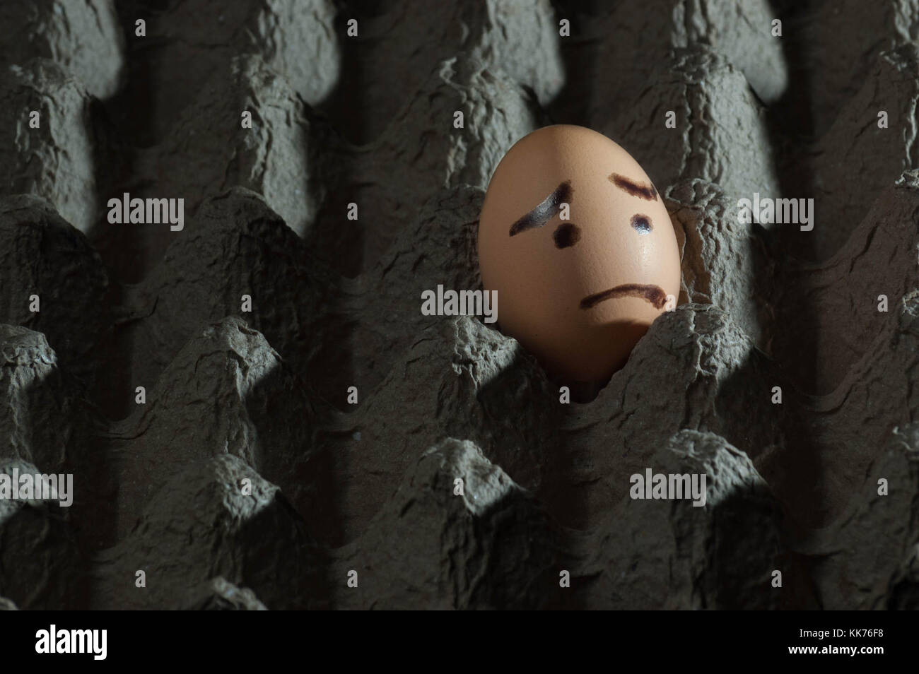 Ei mit traurigem Gesicht auf sie allein in einem Karton Eier Karton ...
