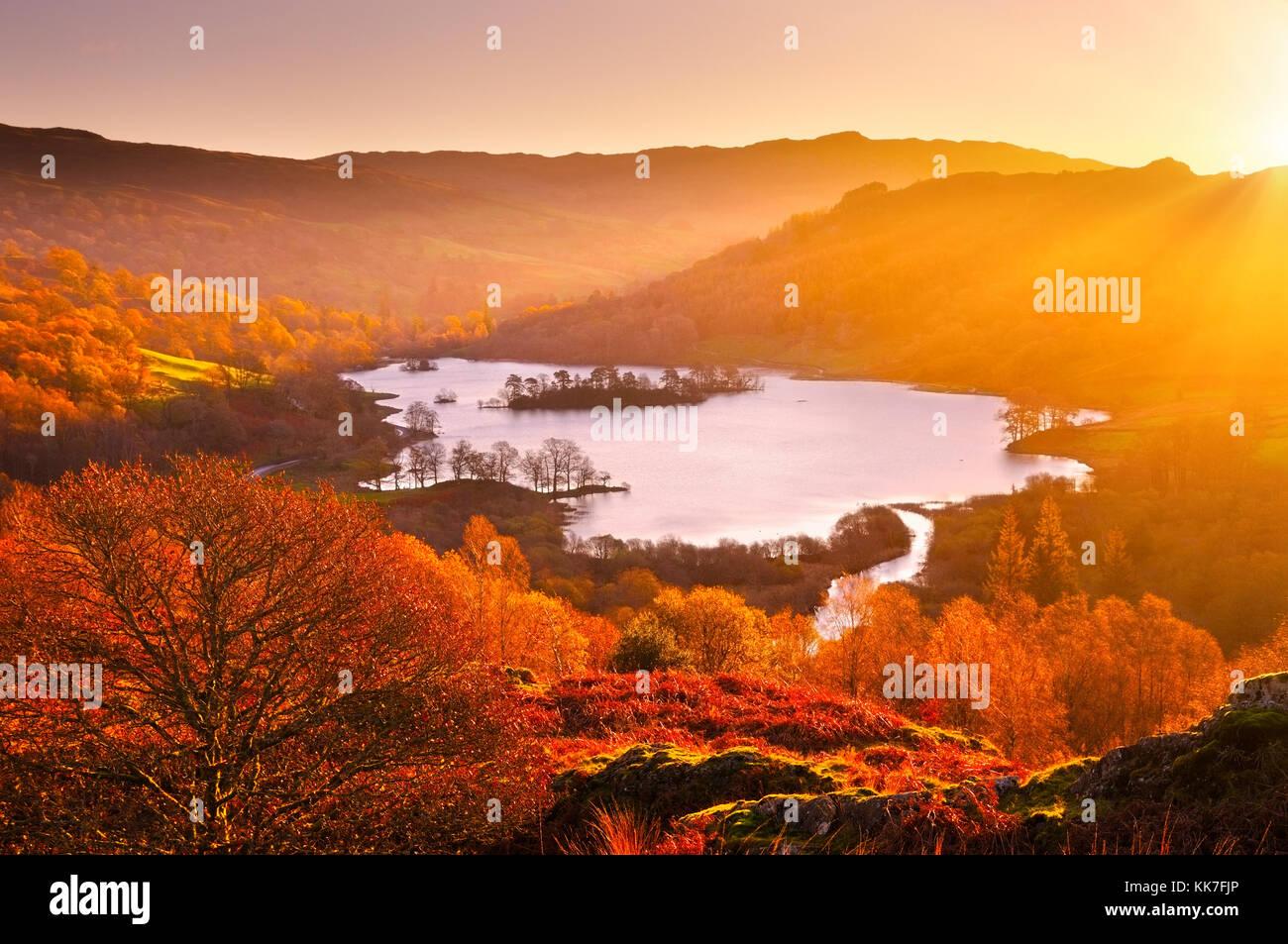 Rydal Wasser bei Sonnenaufgang, Lake District, England. Ansicht mit Blick auf den schönen See und Herbst Landschaft Stockbild