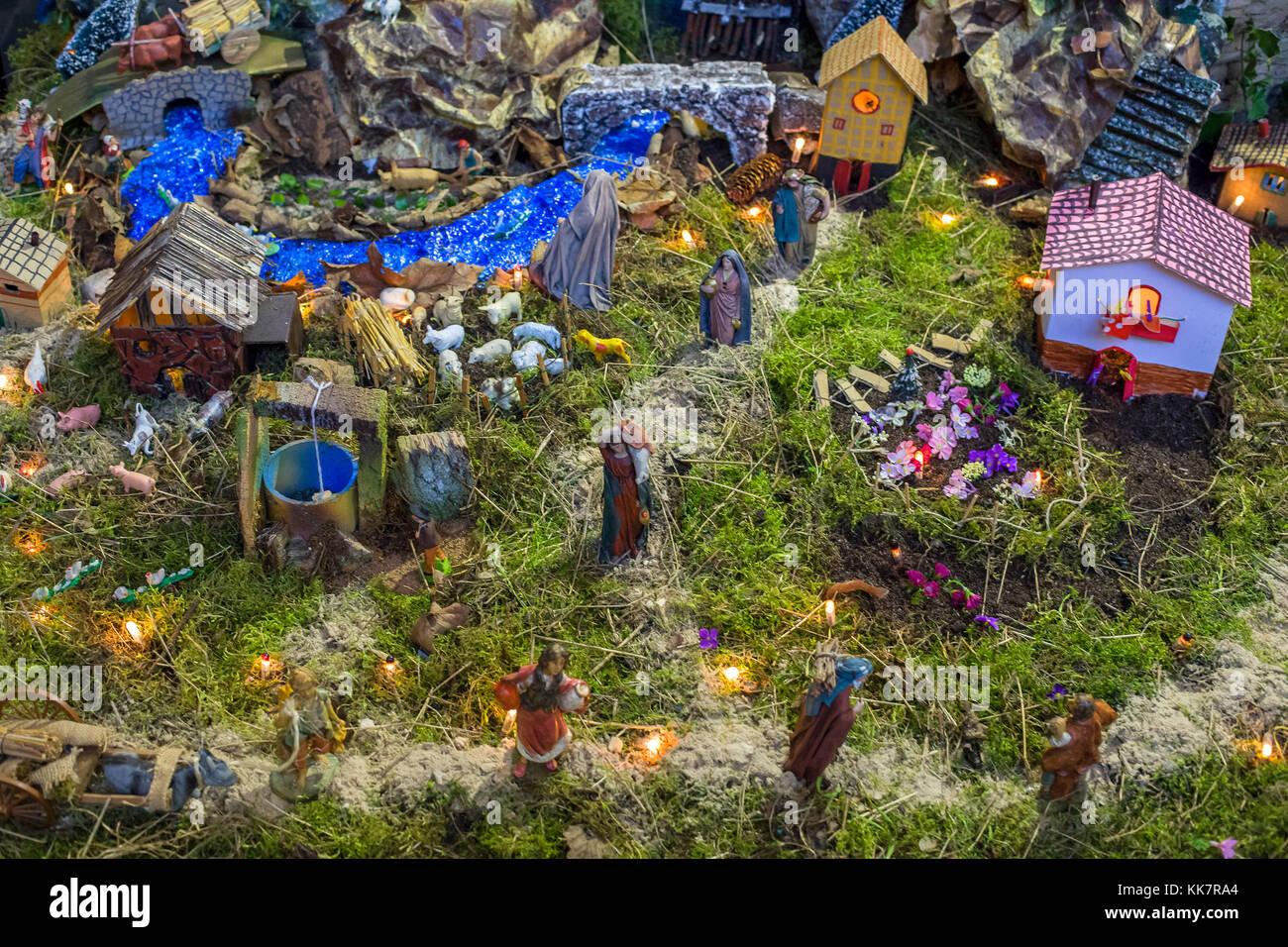 Weihnachten Krippe mit Figuren wie Jesus, Maria, Josef, Schafe und Sterndeuter. Stockfoto