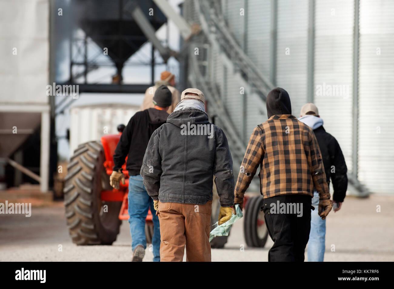Drei Generationen von Landwirten gehen über Auffahrt von der Farm der Familie in Blooming Prairie, Minnesota. Stockbild