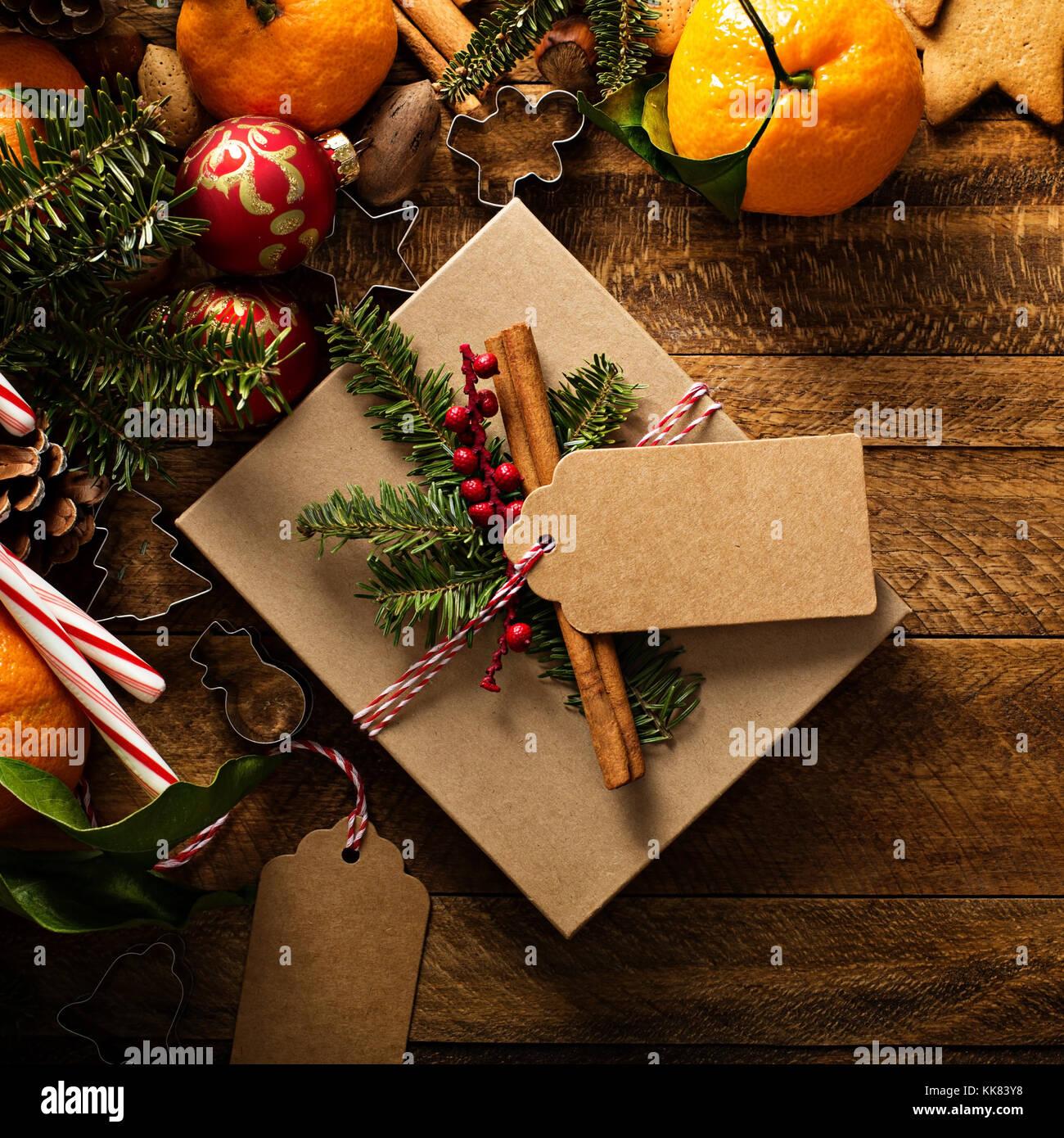 Weihnachten Hintergrund mit Orangen, Zuckerstangen und Dekorationen Stockbild