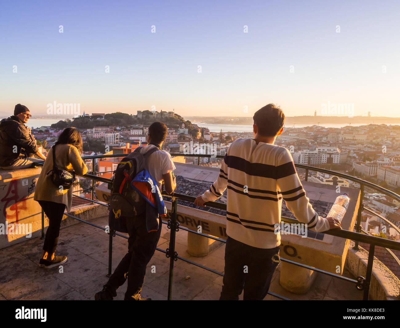 Lissabon, Portugal - November 19, 2017: Touristen im Belvedere Unserer Lieben Frau von der Hill Aussichtspunkt, Stockbild