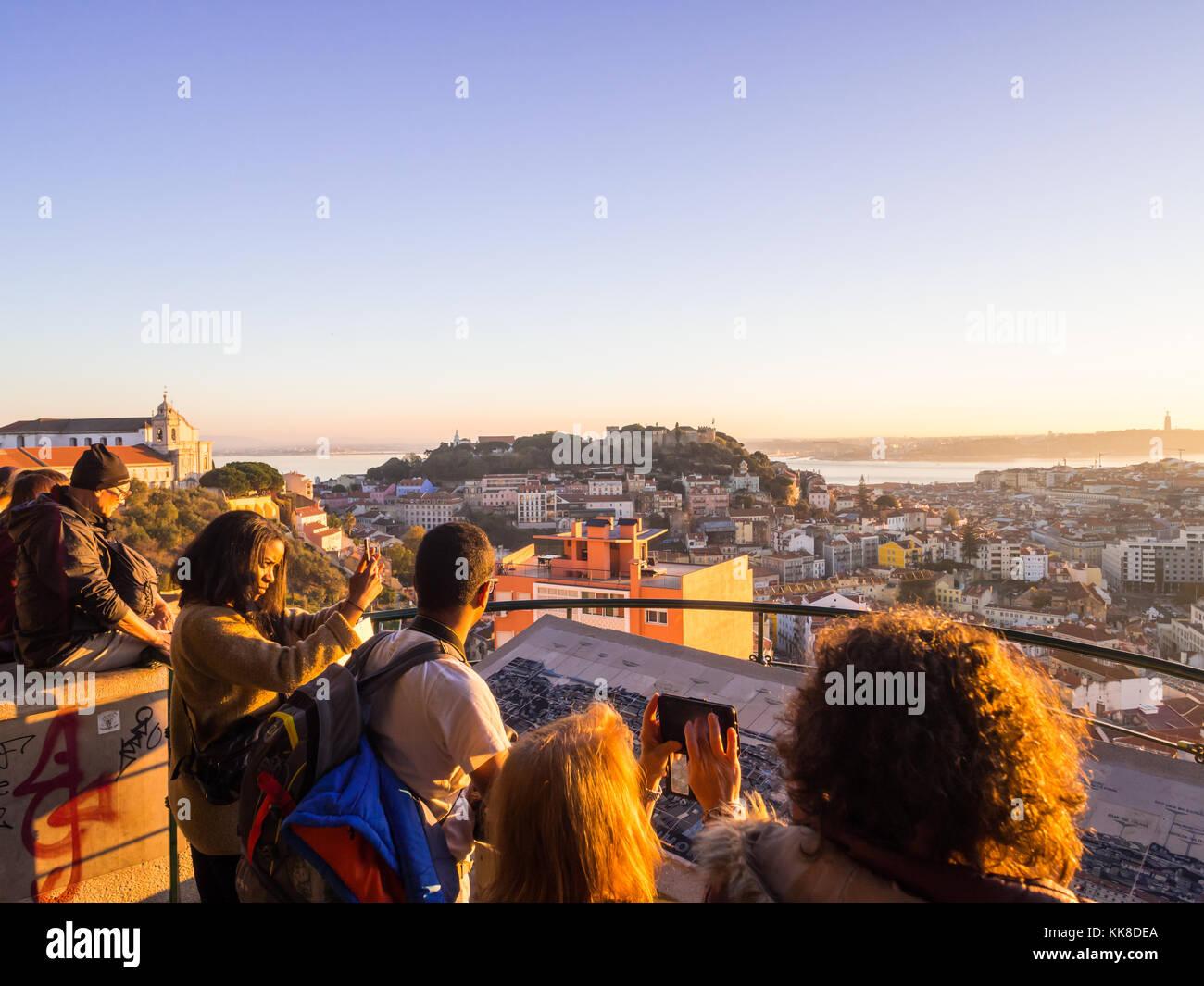 Lissabon, Portugal - November 19, 2017: Touristen im Belvedere Unserer Lieben Frau von der Hill Aussichtspunkt, Stockfoto