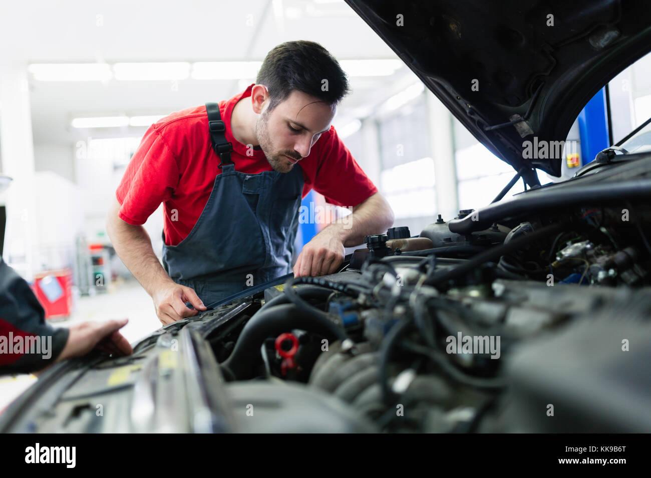 Automechaniker bei Automotive Service Center arbeiten Stockbild