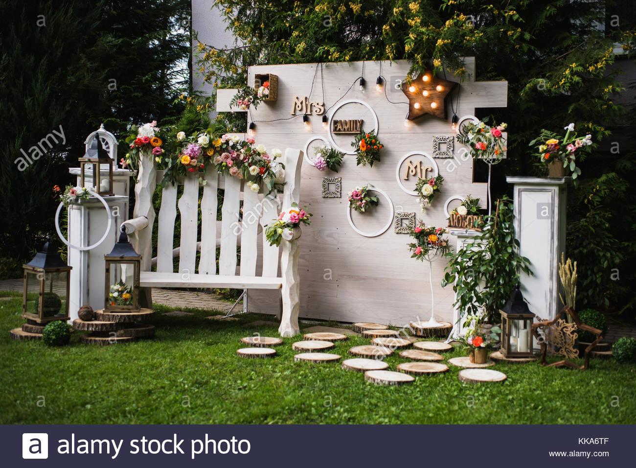 Blumen Landhausstil schöne ungewöhnliche hochzeit dekor landhausstil bank an der wand