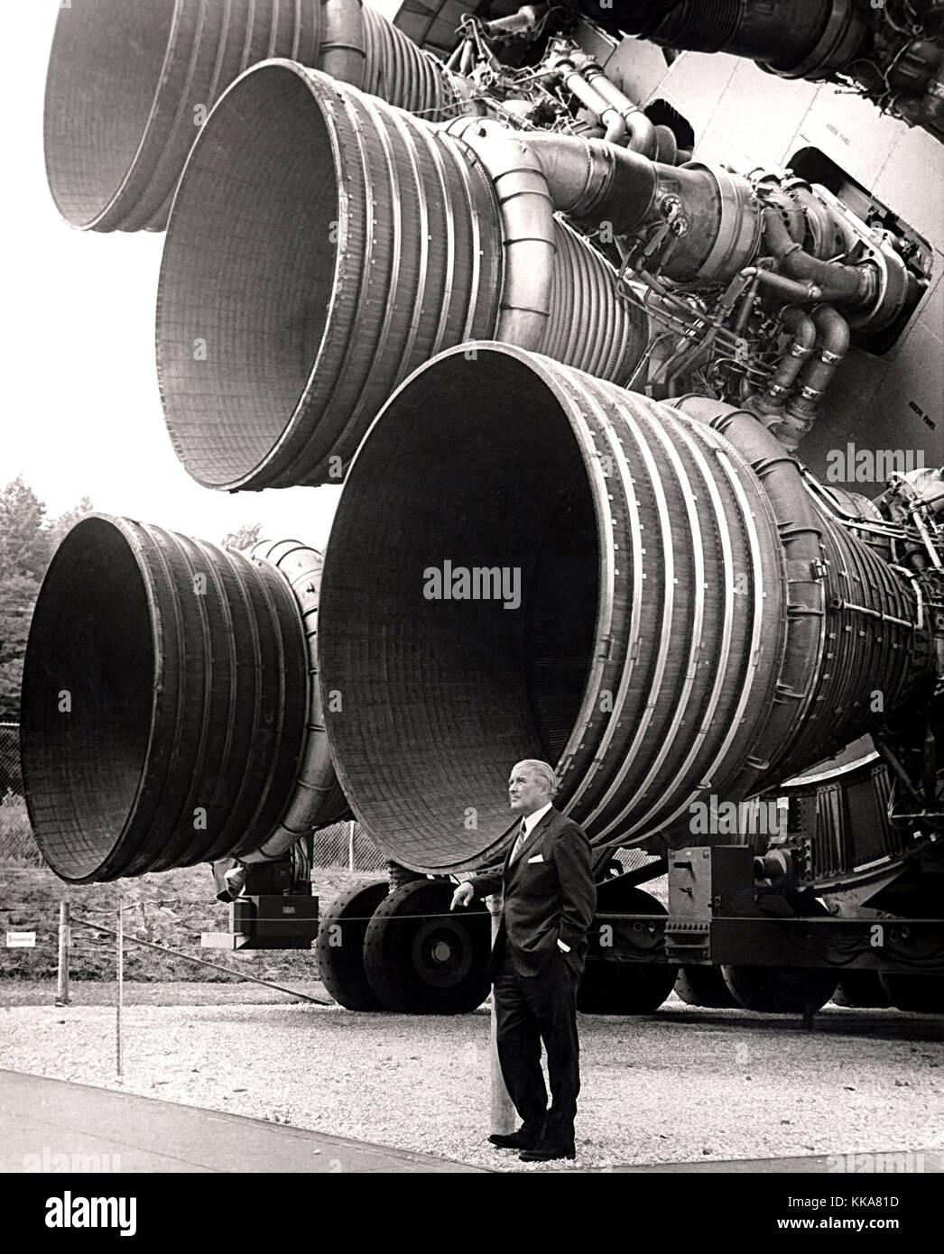 Von braun mit der f-1 Motoren der Saturn v Erste Stufe auf der US-space und rocket Center. dr.. von Braun wernher Stockfoto