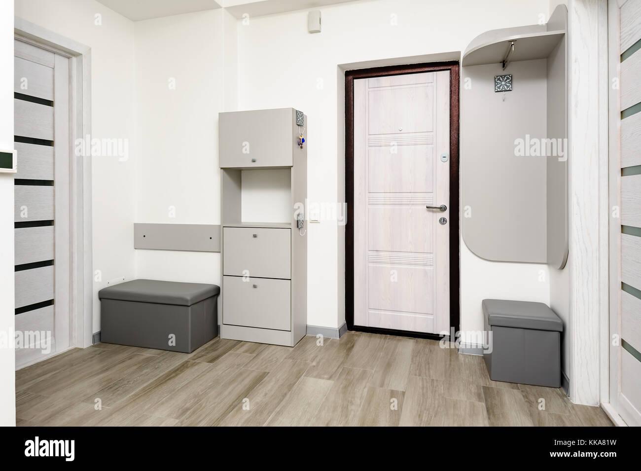 Wohnung Flur Mit Tur Und Schrank Stockfotografie Alamy
