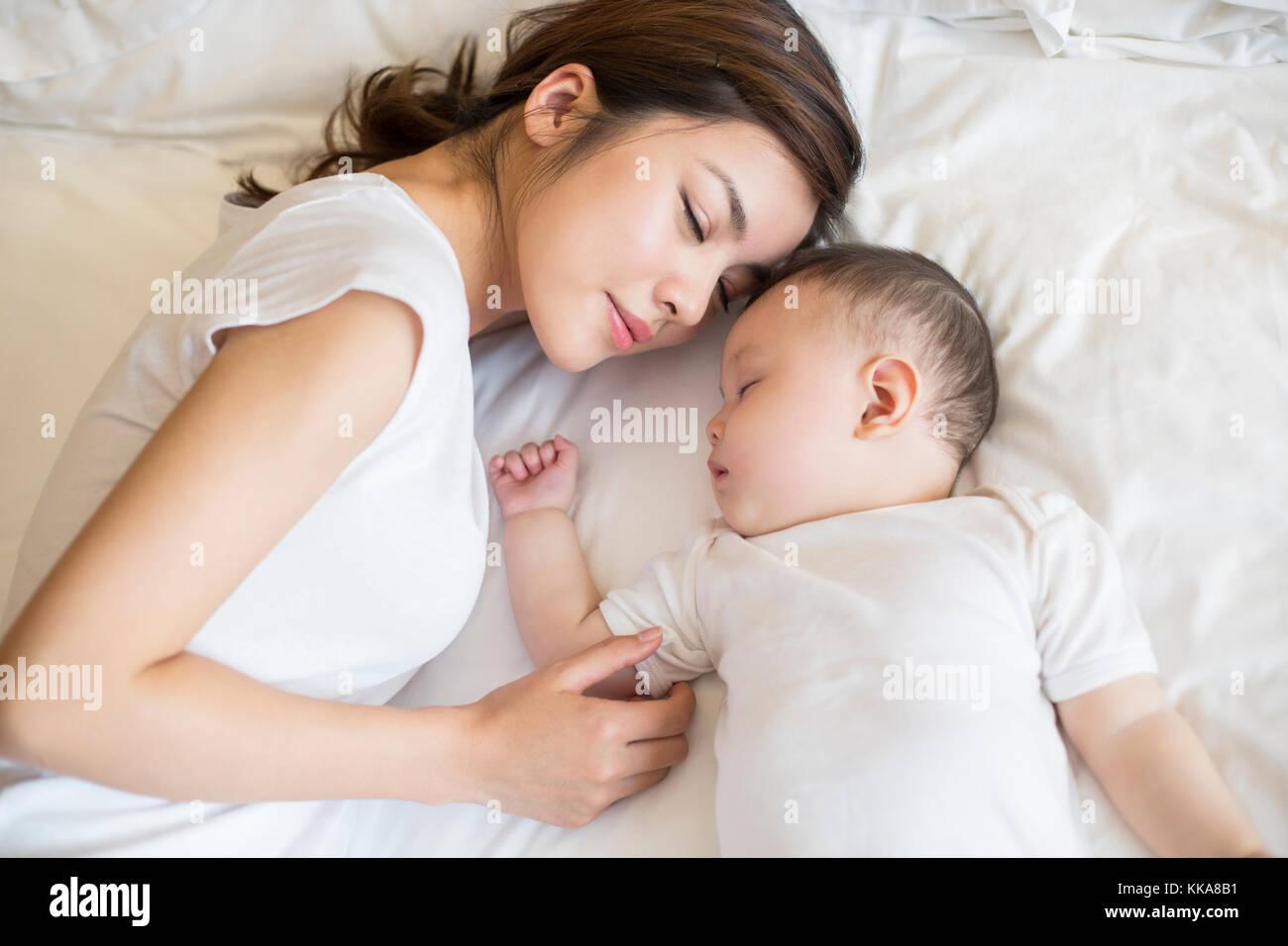 Junge Chinesische Mutter Und Sohn Schlafen Im Bett Stockfoto Bild