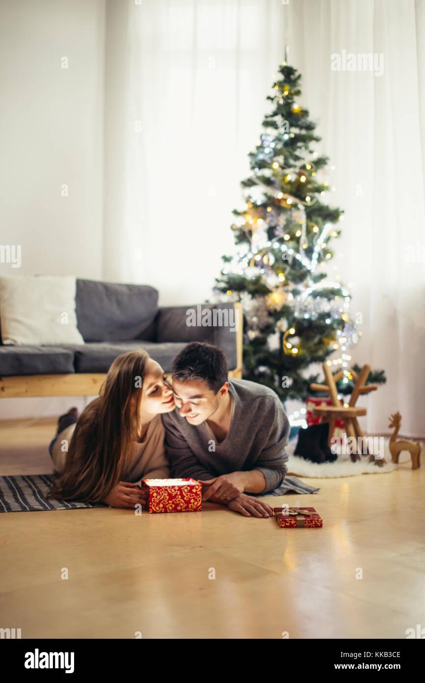 Einige liegen auf dem Boden weiter und Austausch Weihnachtsgeschenke ...