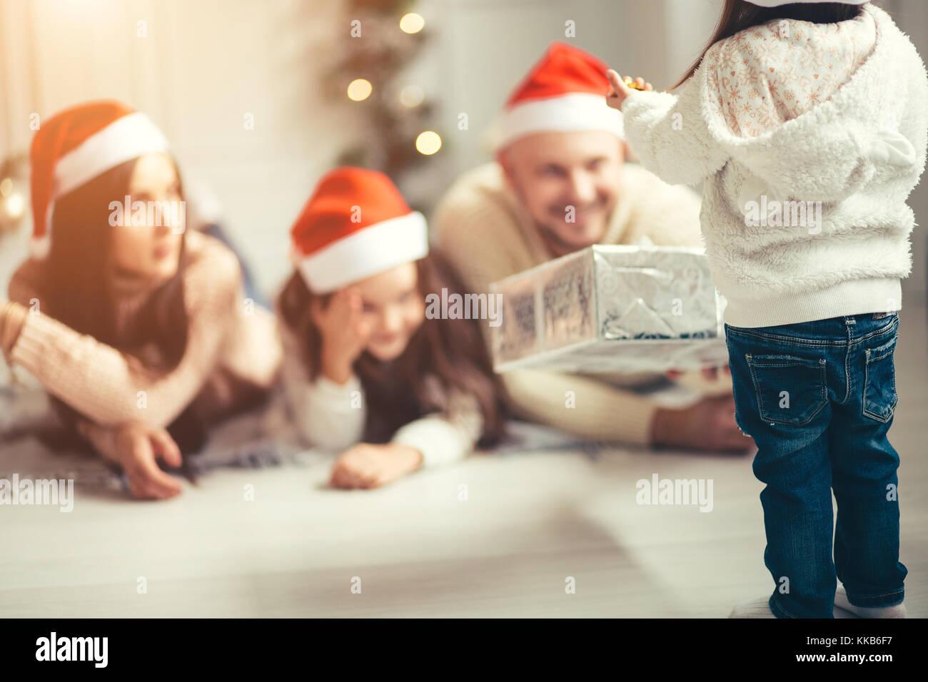 Geschenke Für Eltern Zu Weihnachten.Kind Bittet Um Ein Geschenk Der Eltern Für Weihnachten Stockfoto