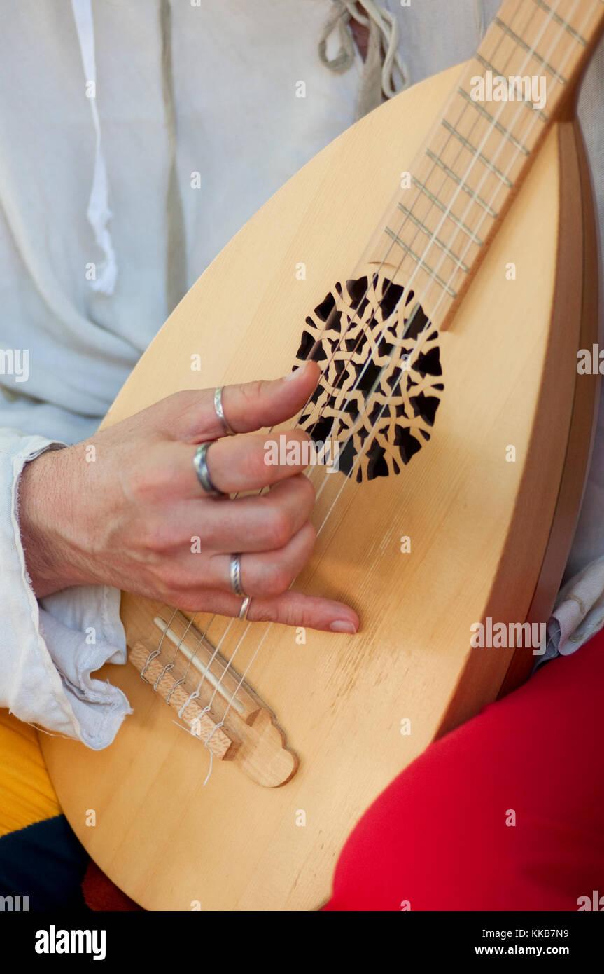 Italien, Lombardei, Crema, mittelalterliche Festival, Männer gekleidet in mittelalterlichen Kostümen Musikinstrument Stockbild