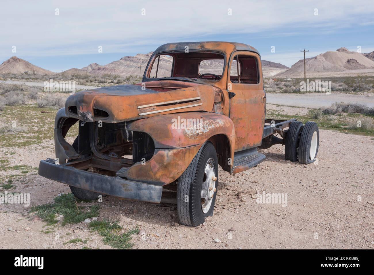 Aufgegeben und vernachlässigte Fahrzeug im Death Valley, Nevada, USA, Motor zerlegt und Einbauten und Armaturen Stockbild
