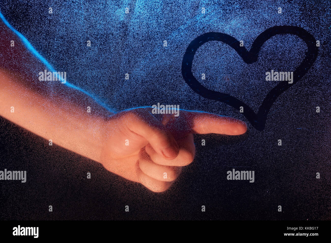 Nahaufnahme Des Menschen Hand Zeichnen Herz Auf Gefrorenen Fenster