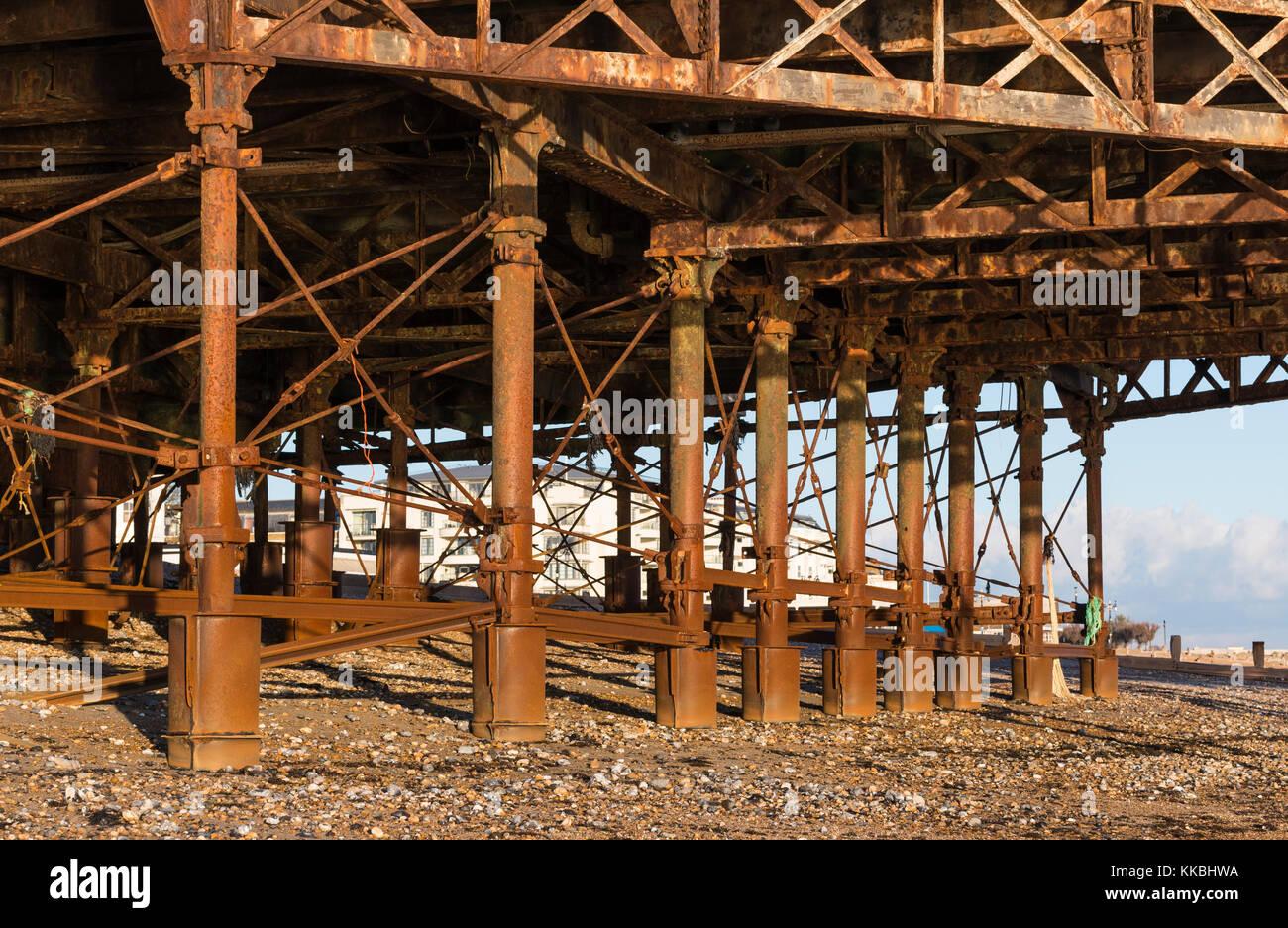 Rost Metall Stützfuß auf einem Pier, nach Korrosion durch Seewasser. Stockbild