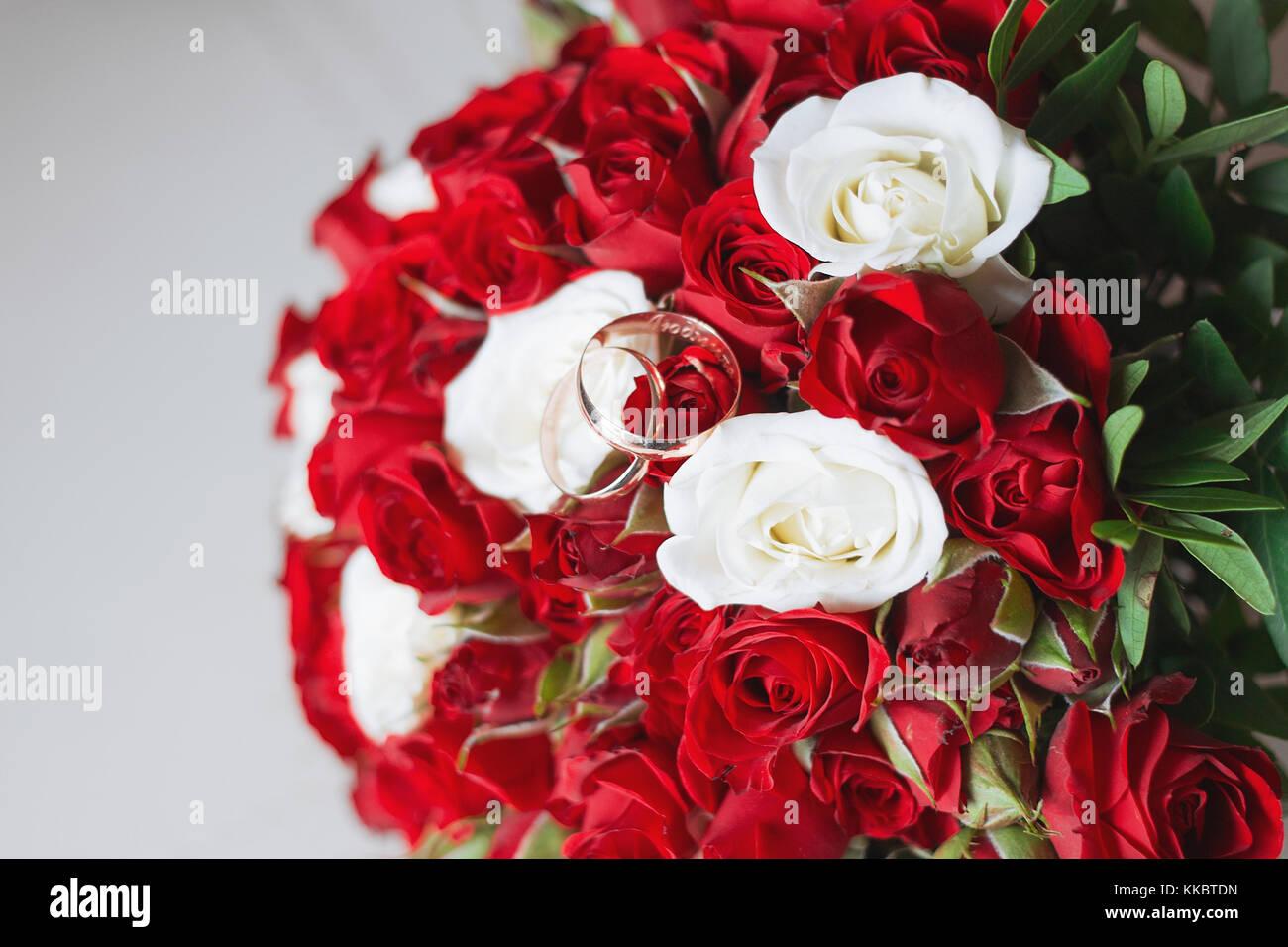 Schonen Brautstrauss Und Schone Hochzeit Ringe Stockfoto Bild