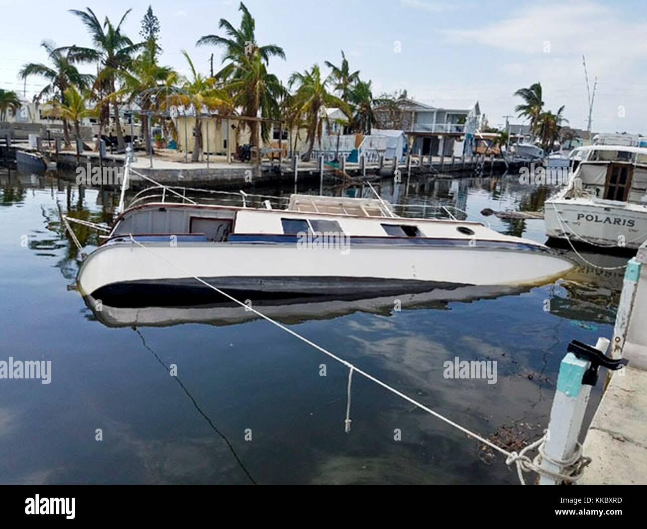 Eine beschädigte und versunkenen Boot im Gefolge des Hurrikans Irma am 16. September 2017 in Marathon, Florida. Stockbild