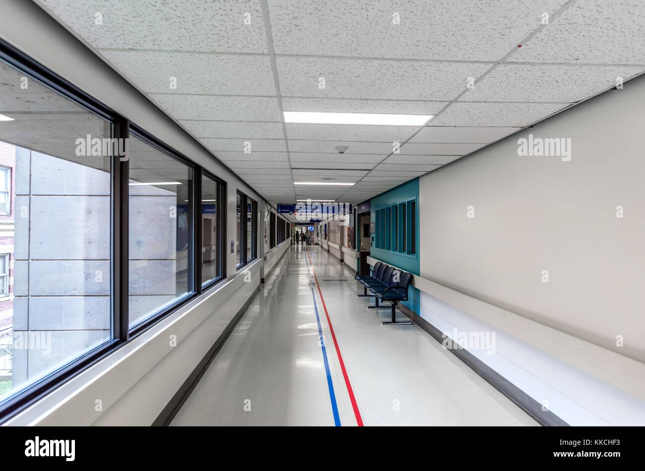 Fußboden Im Krankenhaus ~ Ein langer weisser korridor von ein modernes krankenhaus mit blinker
