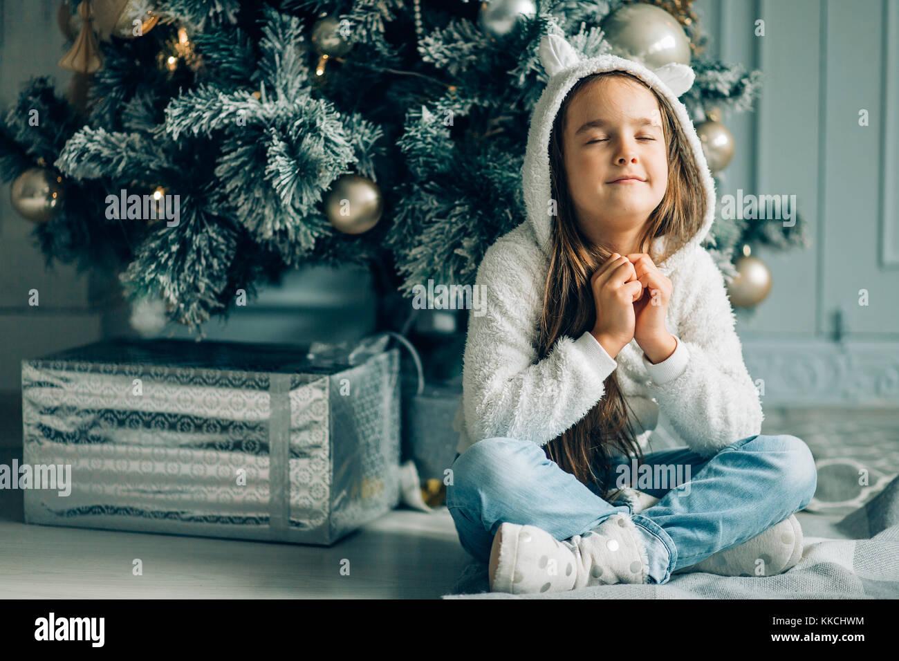 Weihnachten. Kleines Mädchen gefragt Santa für die Geschenke zu ...