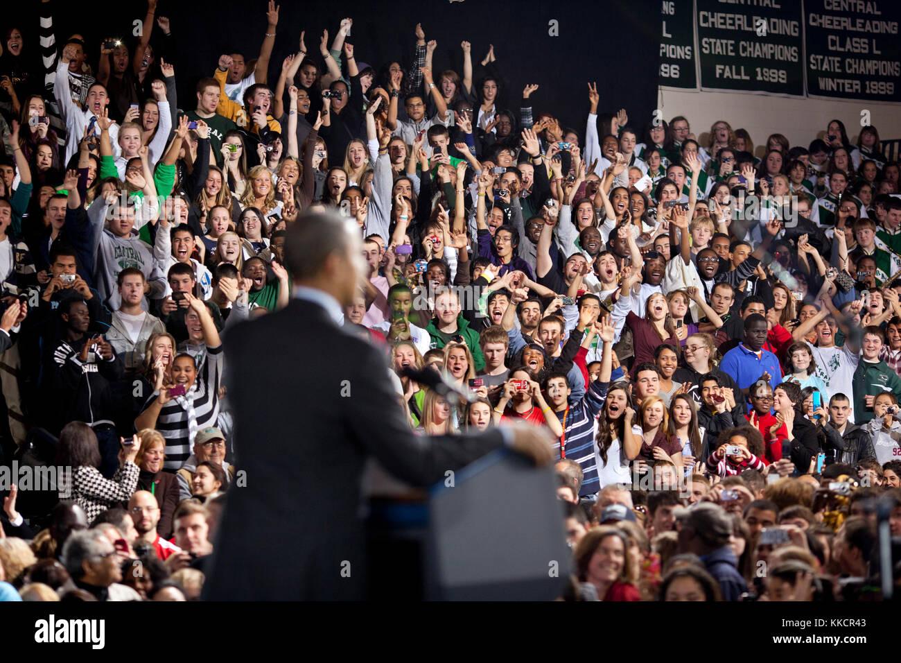 Die Zuschauer jubeln, als Präsident Barack Obama liefert Erläuterungen auf dem amerikanischen Jobs bei Stockbild