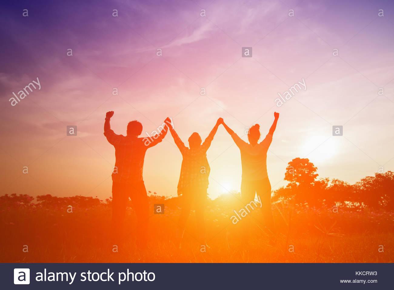 Silhouette Bild Der Glucklichen Familie Hohe Hande Im Sonnenuntergang Des Jungen Mann Und