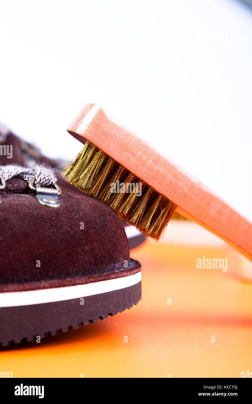 Braun mann Wildleder Stiefel mit Bürste. Makro. saubere Schuhe. Stockbild