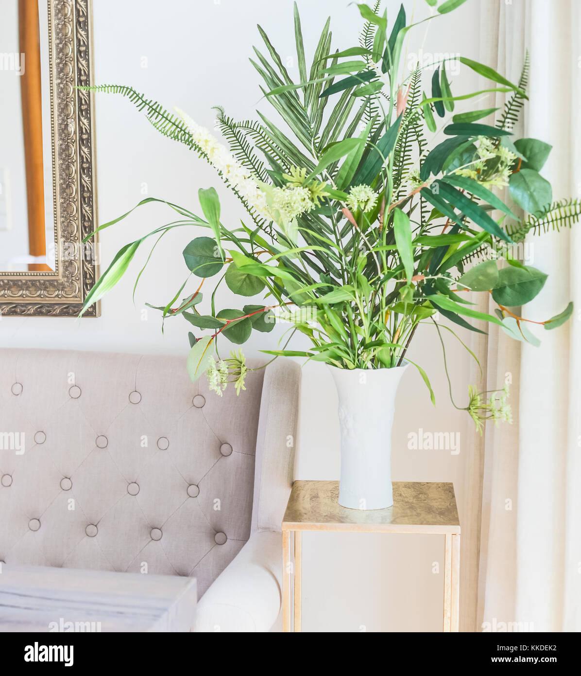 Grüne tropische Zimmerpflanzen Strauß in der Vase in der Nähe der ...