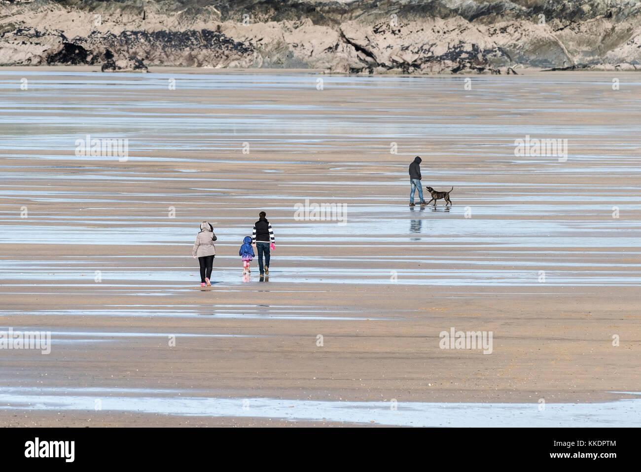Fistral Beach newquay - Menschen zu Fuß über den Fistral Beach bei Ebbe Newquay Cornwall. Stockbild