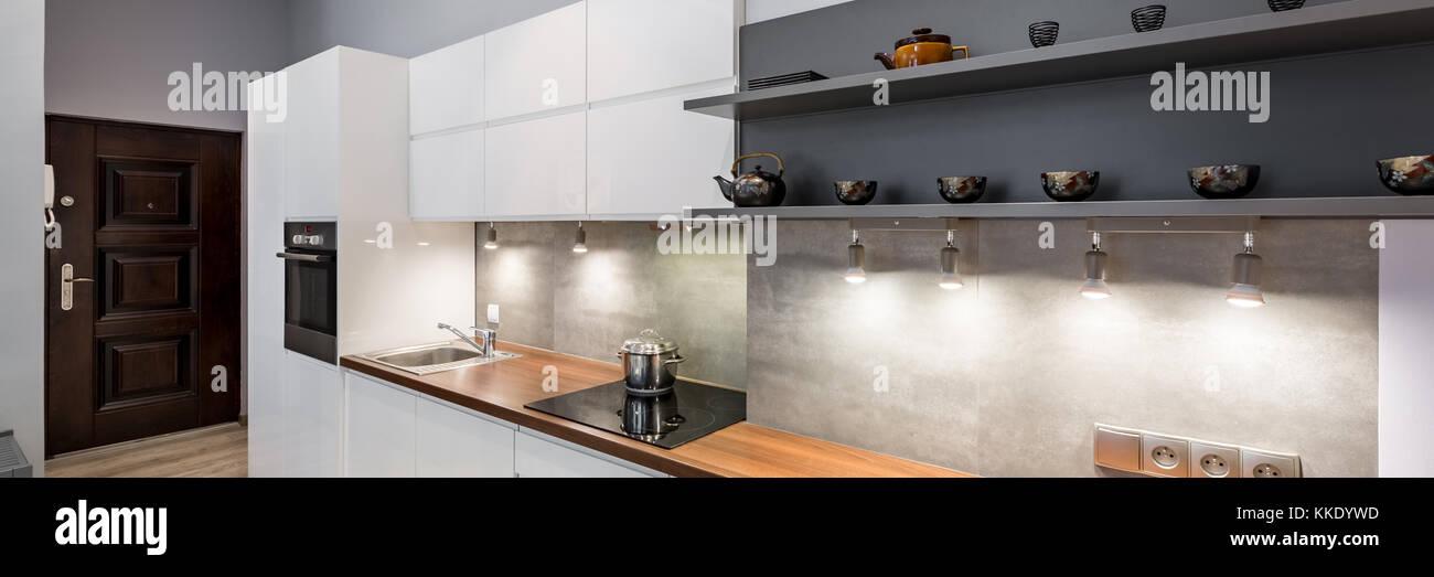 Moderne, Weiße Küche Mit Holz  Arbeitsplatte Und LED Beleuchtung, Panorama