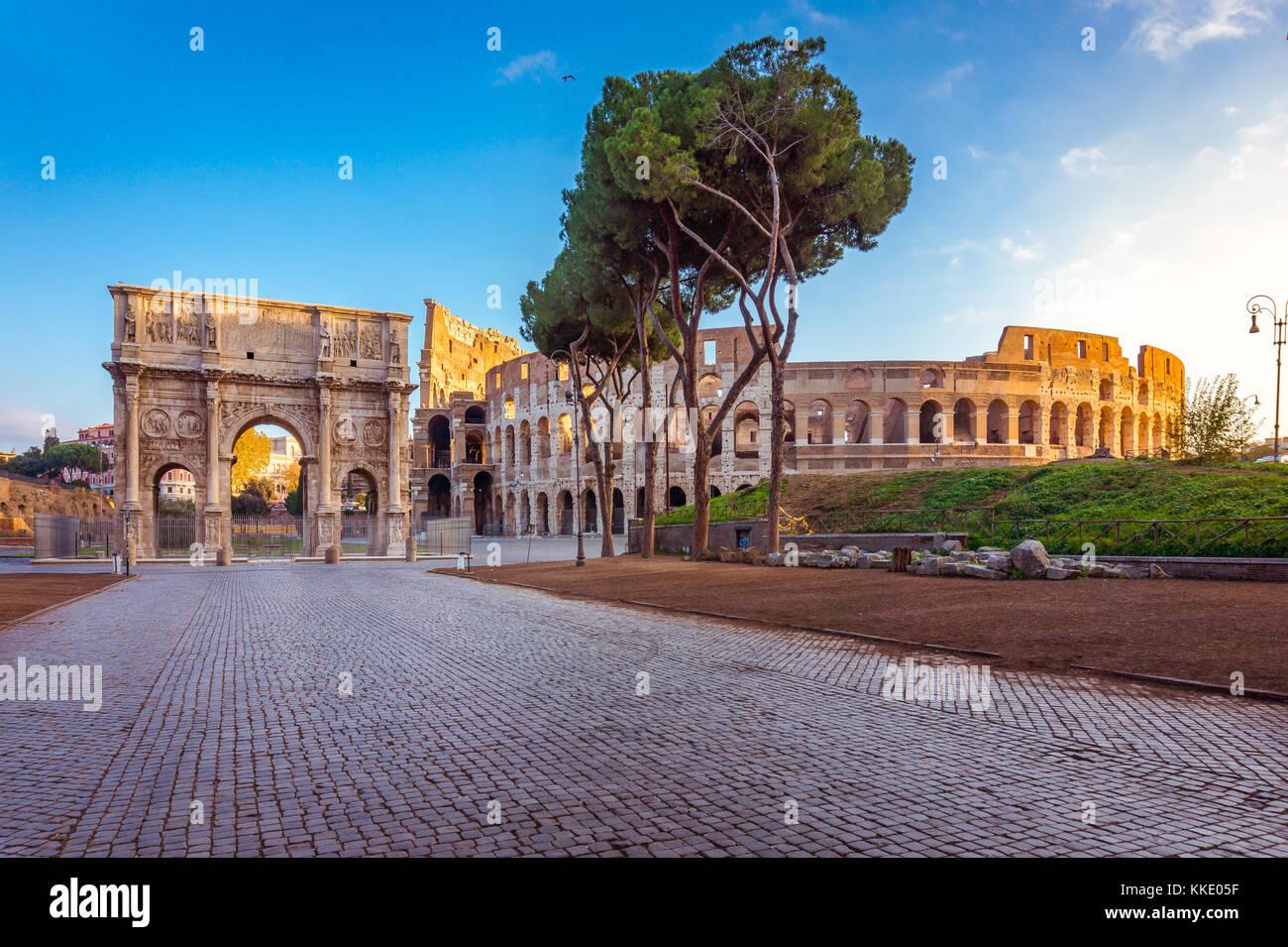 Schöne Aussicht auf das Kolosseum und Triumphbogen des Konstantin am Morgen in Rom, Italien, Europa Stockbild