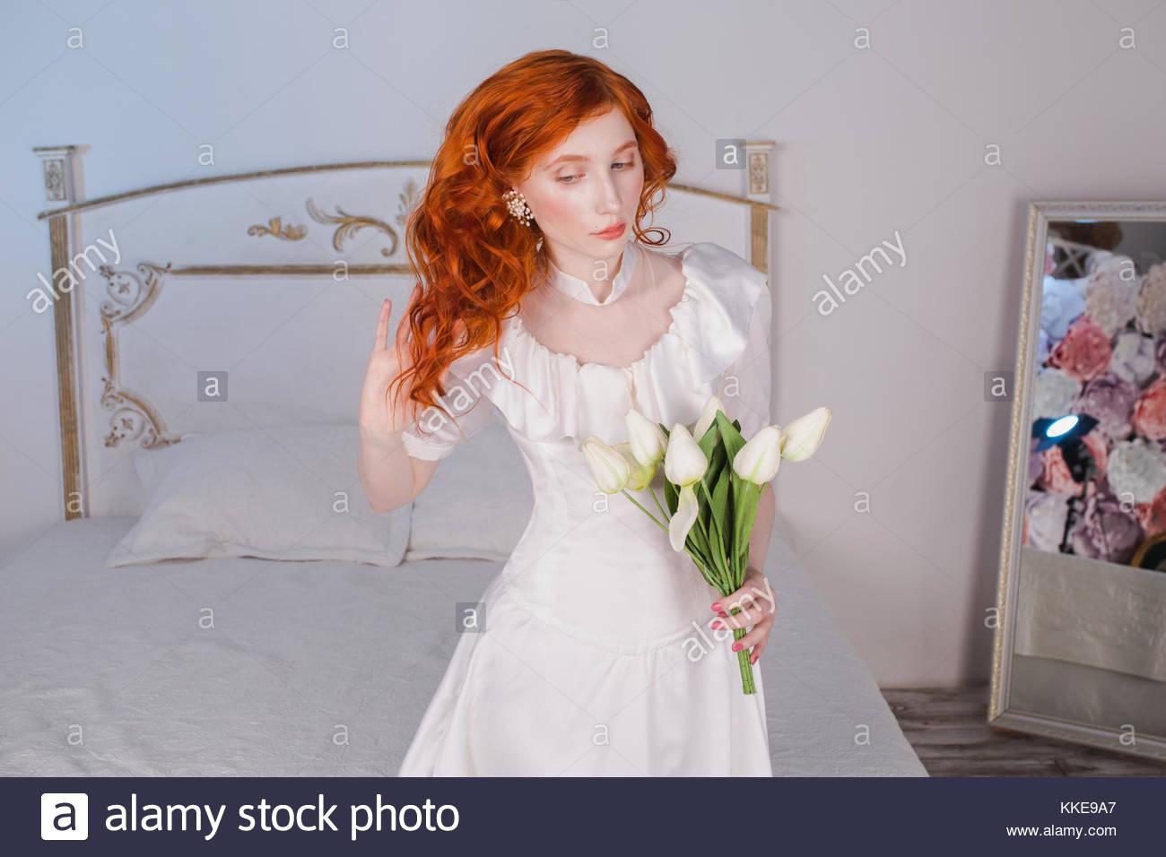 Frau Mit Langen Roten Lockigen Haar In Weiss Vintage Hochzeit Kleid