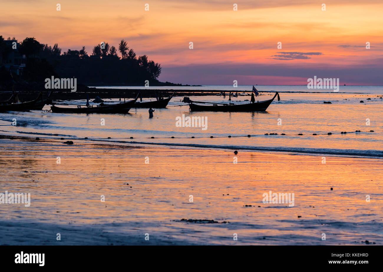 Long-Tail-Boote bei Sonnenuntergang am Kamala Beach, Insel Phuket, Thailand Stockbild