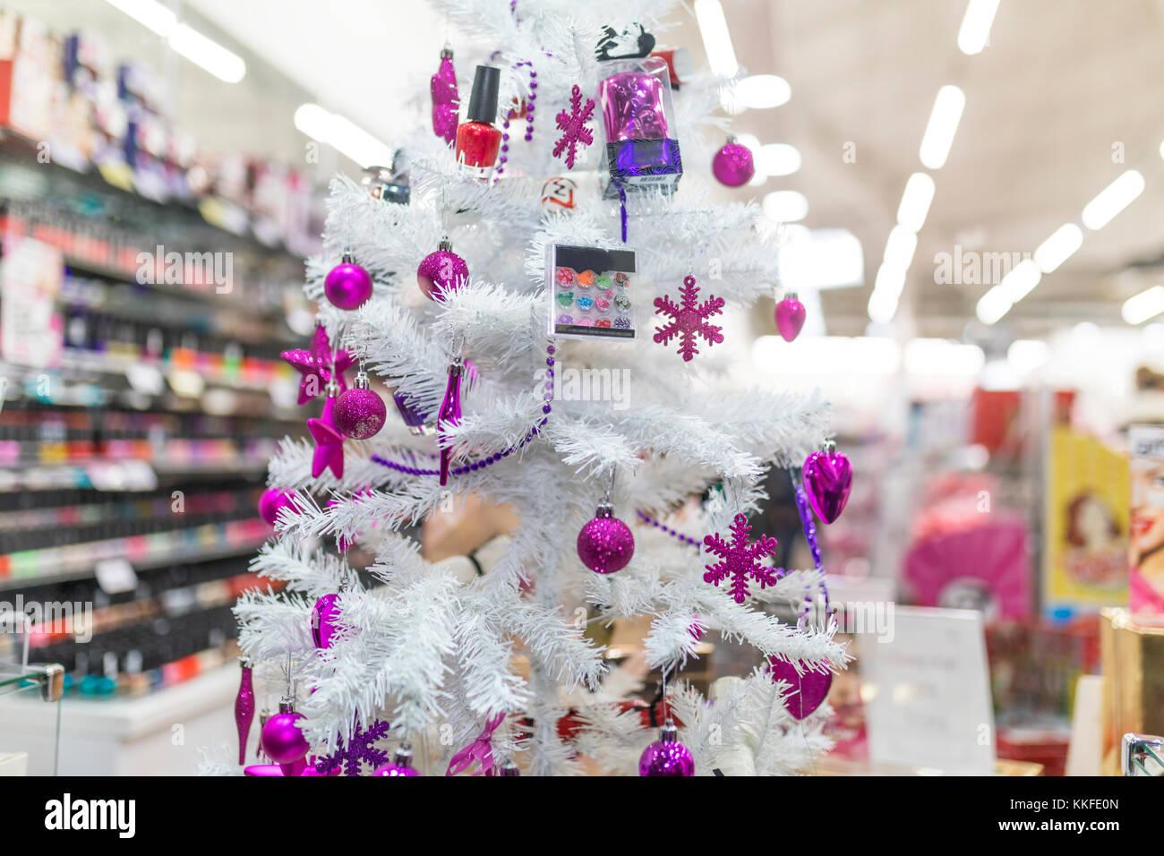 Lila Kugeln Und Machen Sie Auflegen Auf Einem Weissen Weihnachtsbaum
