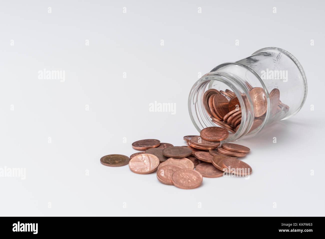 UK Kupfer pennies Kaskadierung von Mund von Glas Marmeladenglas ...