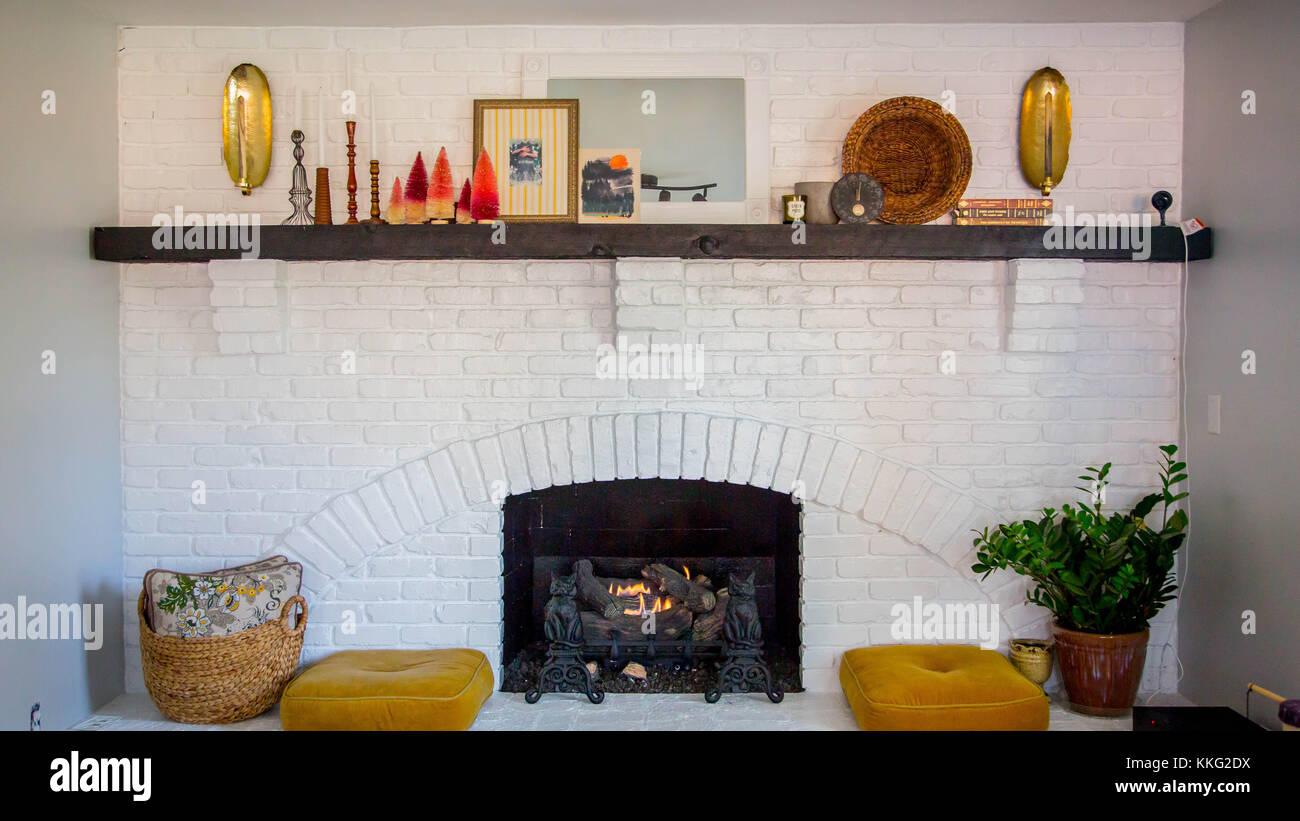 Gemütliche, dekorative Wohnzimmer mit Kamin Stockfoto, Bild ...