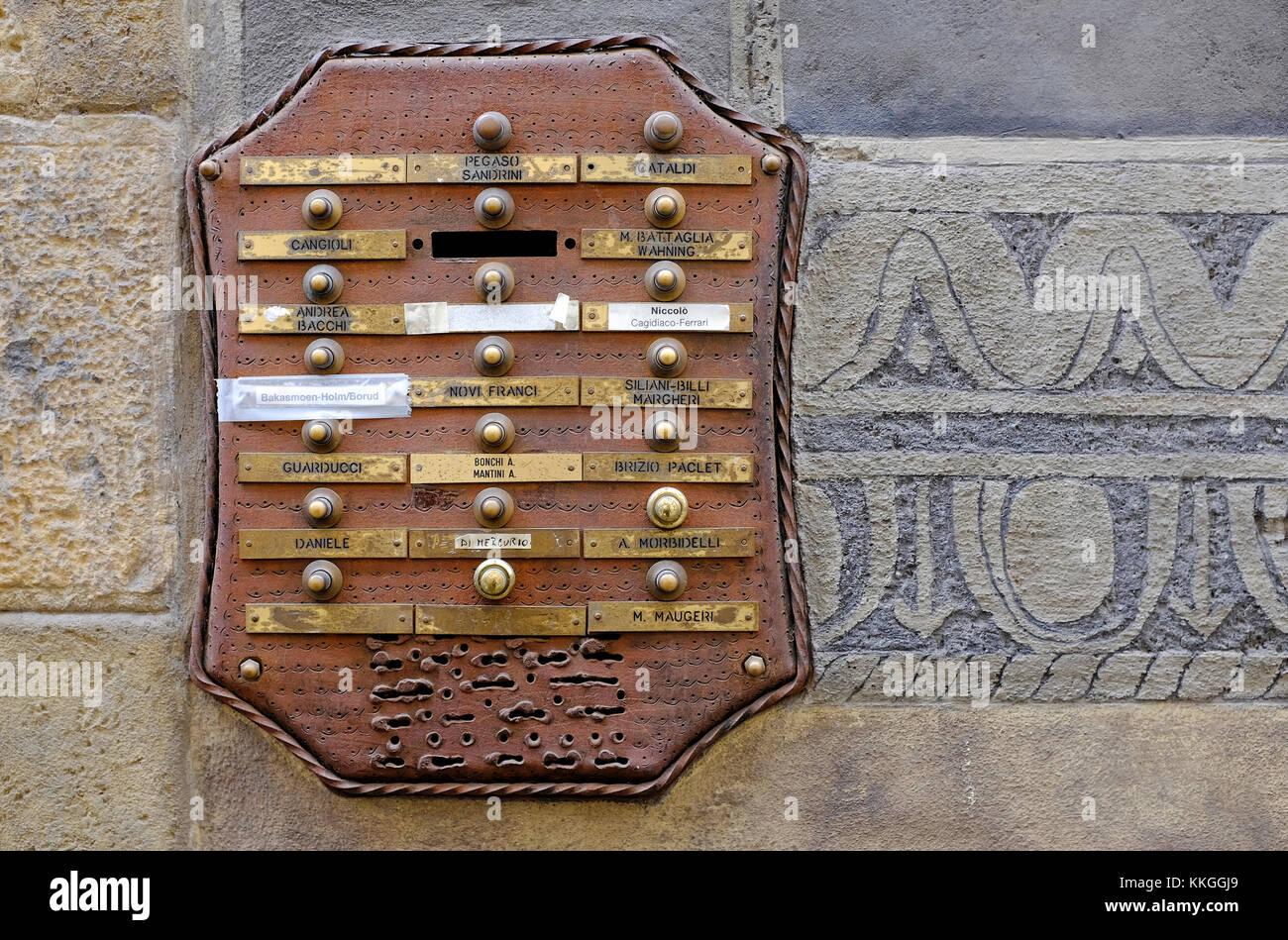 Alten Eingang summer System auf Apartment Gebäude, Florenz, Italien Stockbild