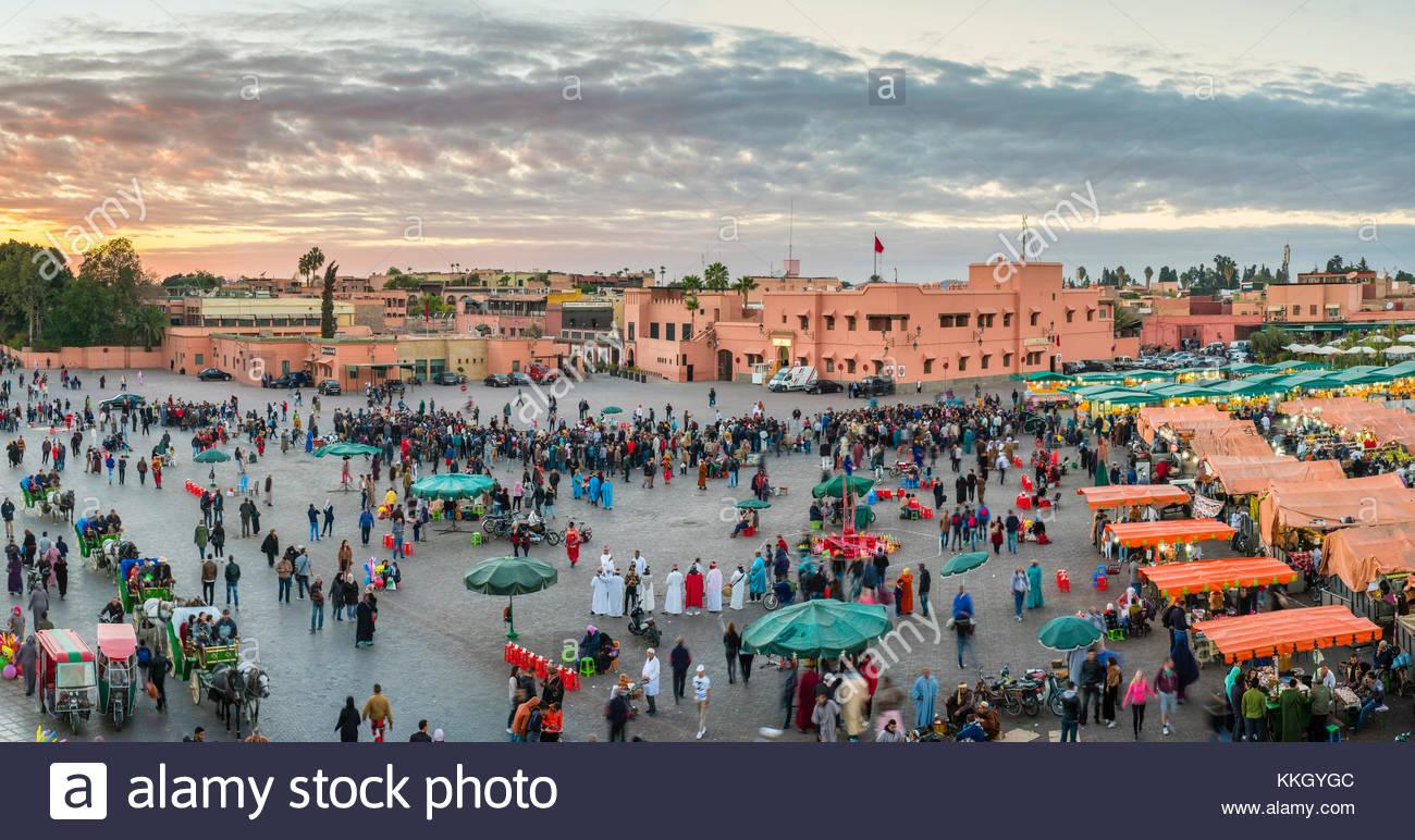 Marokko, Marrakech-Safi (Marrakesh-Tensift-El Haouz) Region, Marrakesch. Djemaa El-Fná Square bei Sonnenuntergang. Stockbild