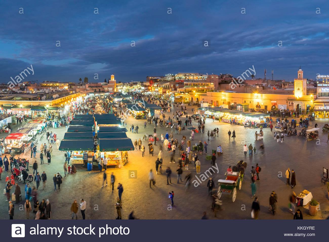 Marokko, Marrakech-Safi (Marrakesh-Tensift-El Haouz) Region, Marrakesch. Djemaa El-Fná Square in der Abenddämmerung. Stockbild