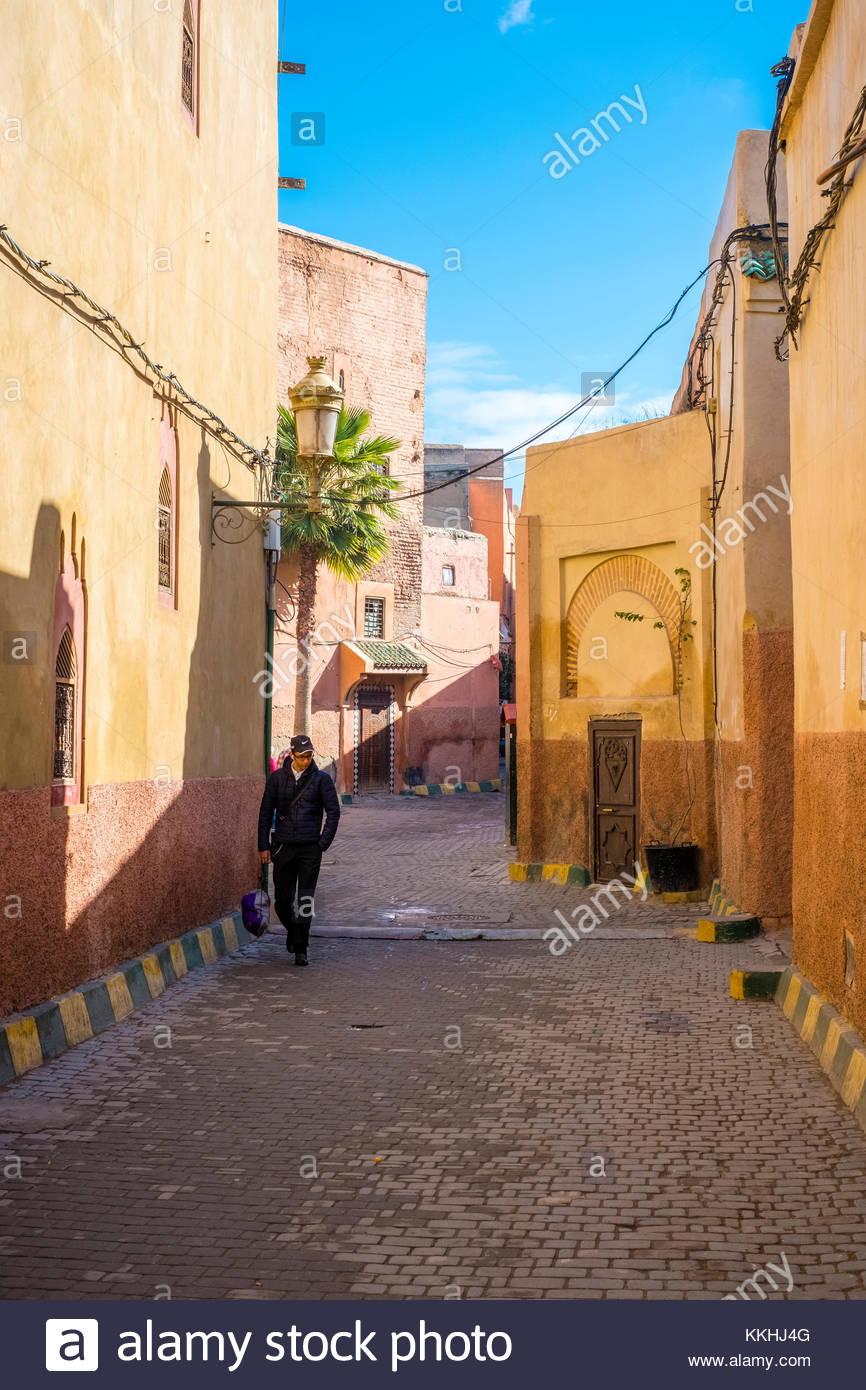 Marokko, Marrakech-Safi (Marrakesh-Tensift-El Haouz) Region, Marrakesch. Ein Mann geht durch eine Gasse in der Medina, Stockbild